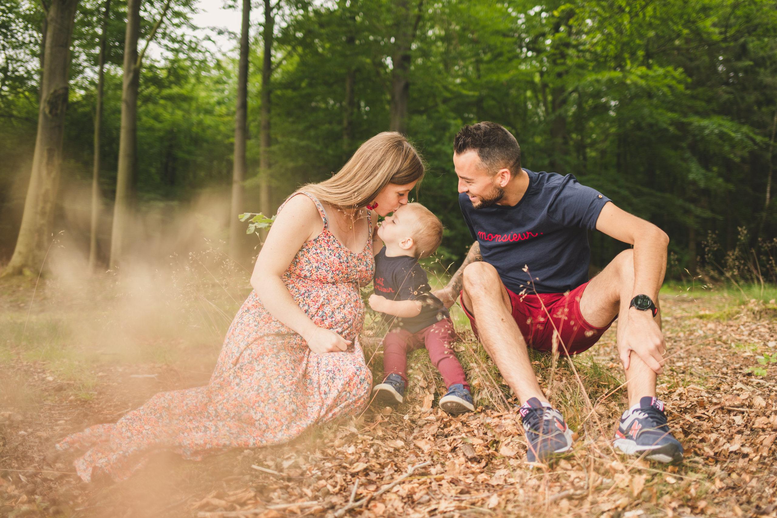 photo grossesse famille bisou ventre homeostasie photographie Liège