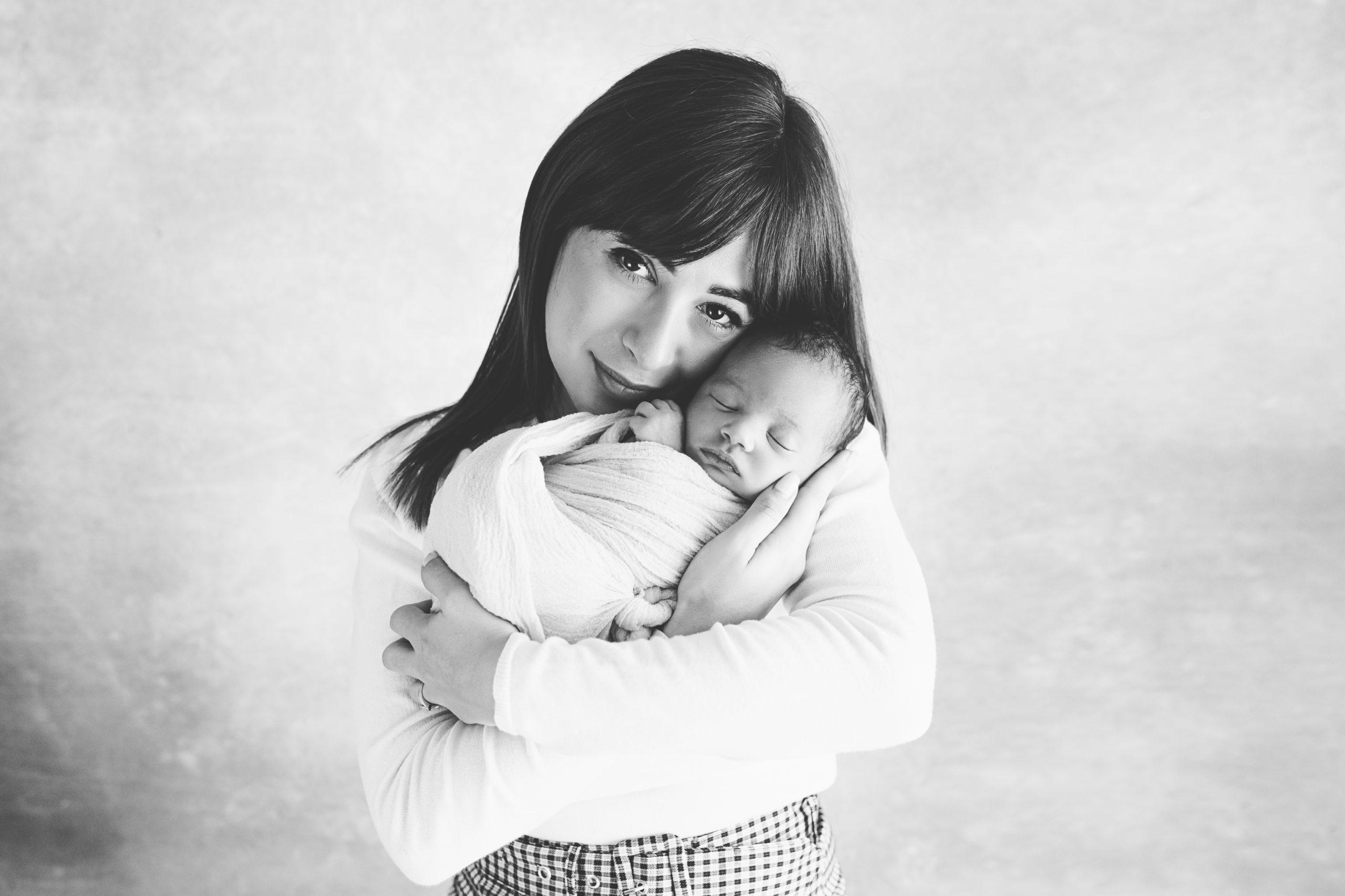 photo nouveau-né bébé bras maman homeostasie photographie Liège